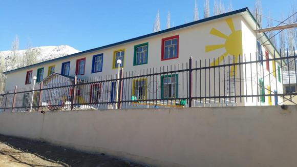 Детский сад с видом на заснеженные горы