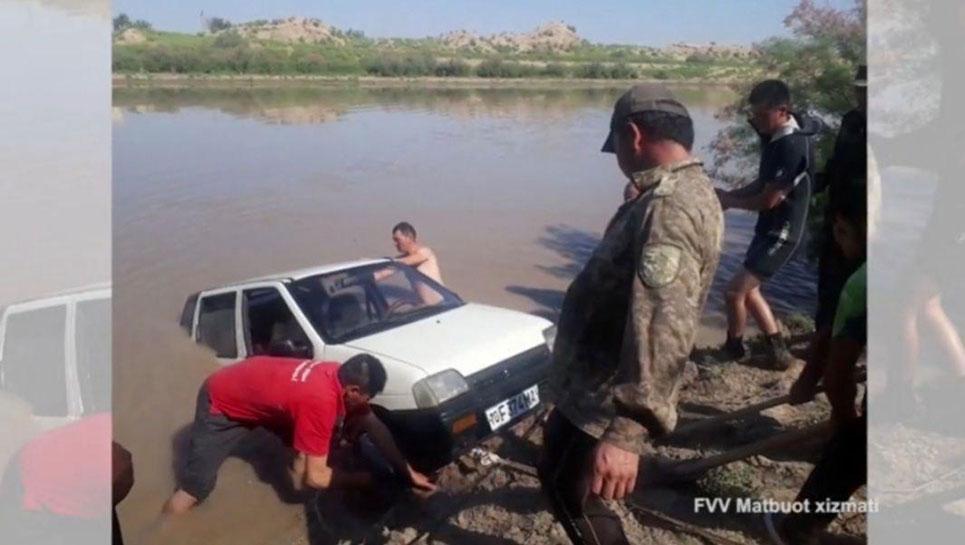 Одно неверное движение и автомобиль оказался в воде