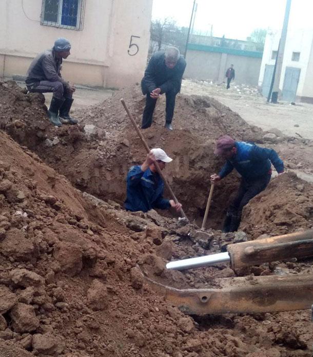Последствия ремонта трубопровода: грязь, глубокие ямы, отсутствие воды