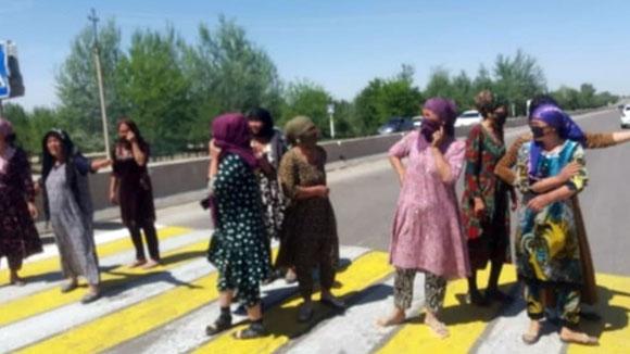 Что заставило женщин выйти на дорогу?