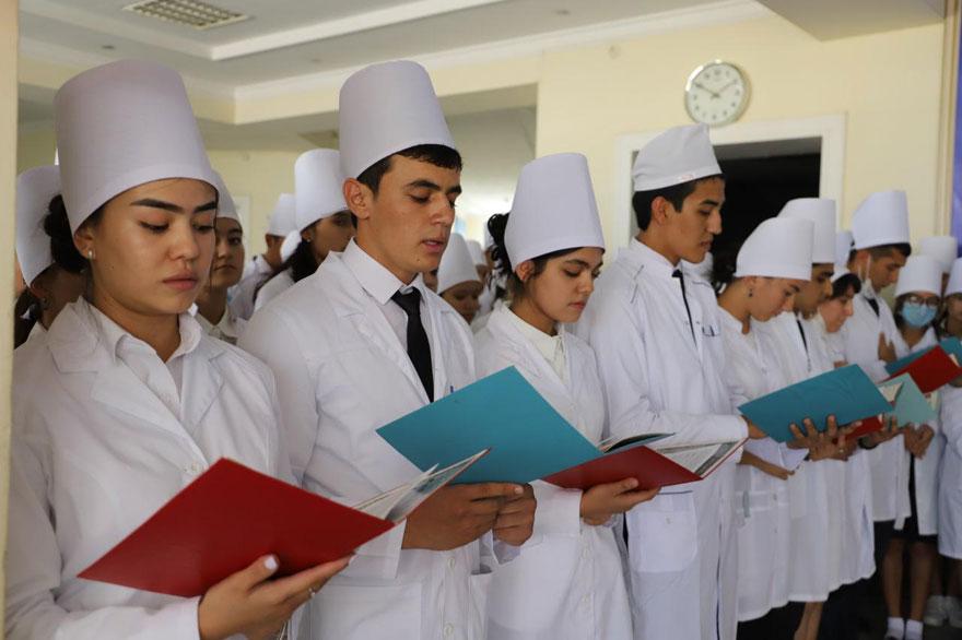 Первые студенты медфака в Карши