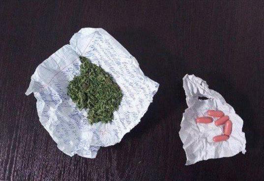 Ниқоб тақмагани учун текширилганда, ёнидан марихуана чиқди
